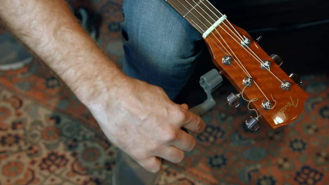 restring guitar